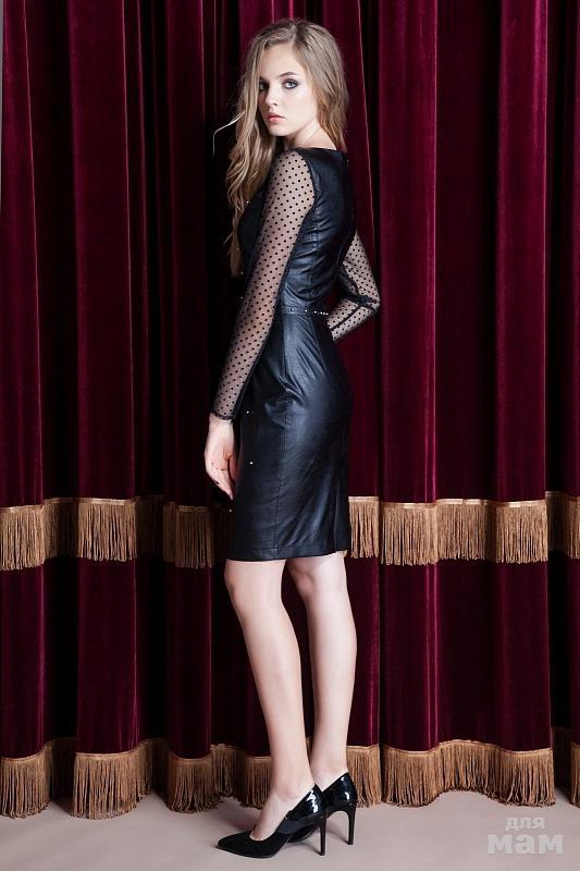 8b580bed147 Стильное платье из экокожи полуприлегающего силуэта с центральным швом и  втачным поясом по талии. Фигурная кокетка и рукава из трикотажной сетки в  горошек.